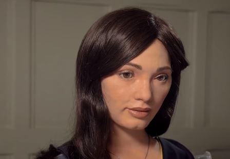 La robot humanoide Ai-DA que dibuja retratos